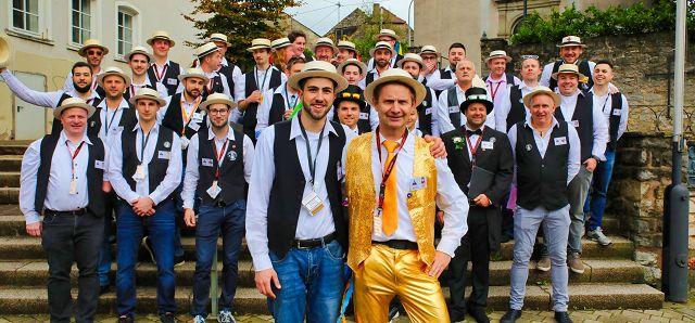 Felix Gusenburger (links, 18 Jahre) ist der jüngste und Thomas König (56 Jahre) der älteste von insgesamt 43 Kirwebuwe in Bliesransbach. Der Ort feiert noch bis Dienstag sein größtes Fest des Jahres.