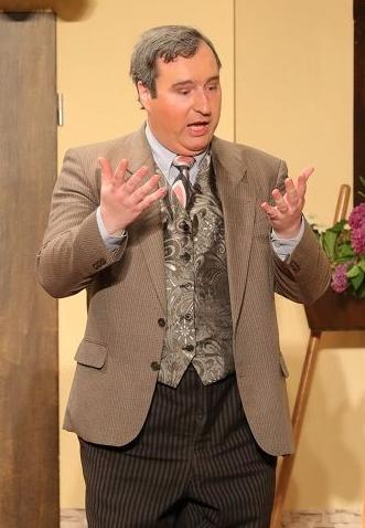 In der Rolle des Nikolaus Schwindling will Stefan Klopp auf den Händen nach Gräfinthal laufen, wenn er lebend aus der Nummer rauskommt.