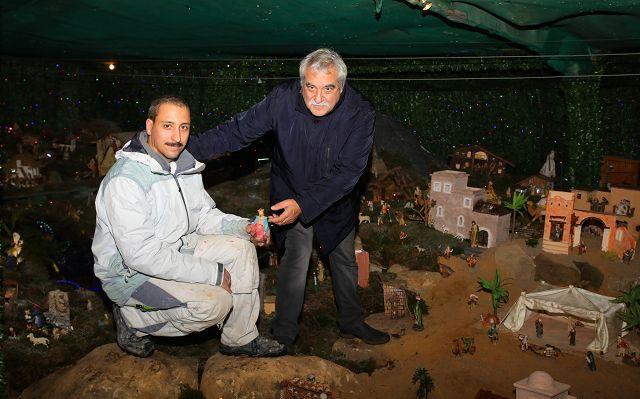 Neffe Marco (links) und Onkel Nico Zaffino haben in Bübingen die größte Weihnachtskrippe des Saarlandes aufgebaut.