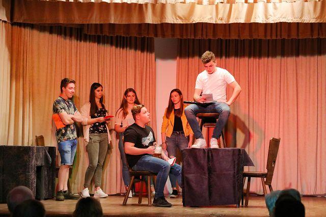 """Der Theaterverein Saargold Humes spielte """"Die Theaterprobe"""" in Bliesransbach. Es wirkten mit: Felix Wiese, Leon Hoffmann, Alena Schmidt, Theresa Schikofsky, Elaine Hellbrück und Paul Biesel."""