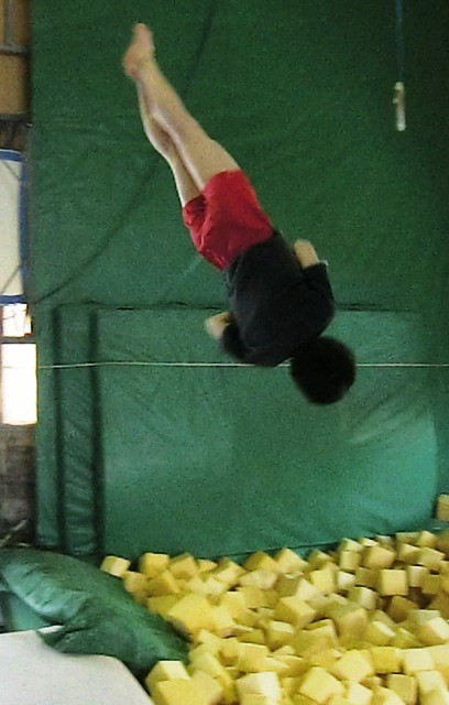 ピット(スポンジのプール)で大技を練習します。