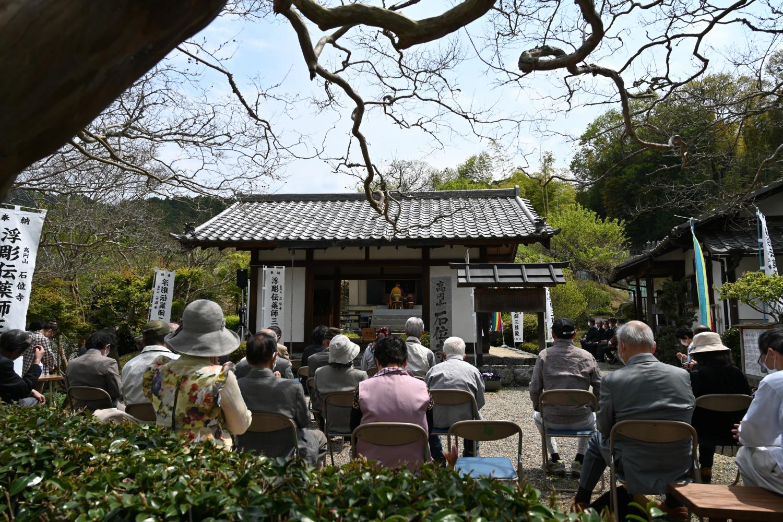 境内には多くの忍阪区民が参列。