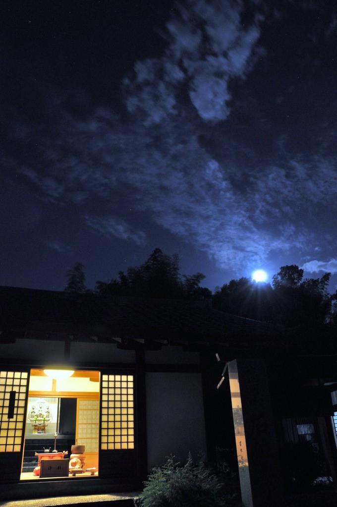 7月の夜の境内。裏山に月が顔を出しはじめました。