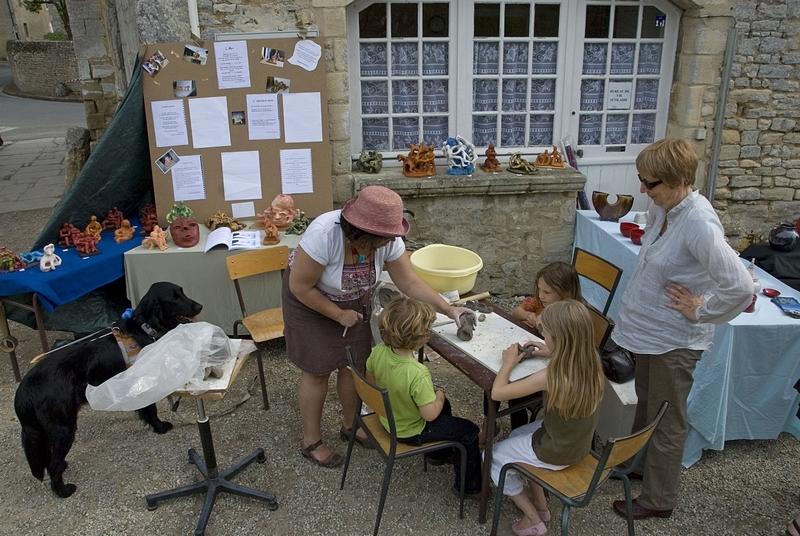 © Philippe PIERRE 2011 - Elisabeth anime l'atelier Terre au Marché des Potiers à St-Gabriel (SOPHIA)