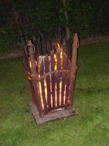 Feuerkorb aus Türhängen