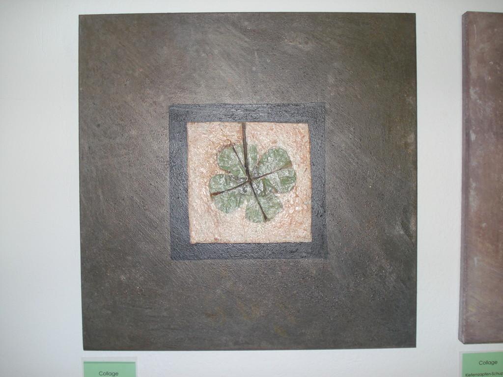 Collage mit Blatteinschluss in Beton