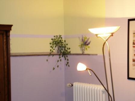 gemaltes Wandregal in einem Wohnzimer