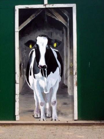 Kuh auf einer Stalltür