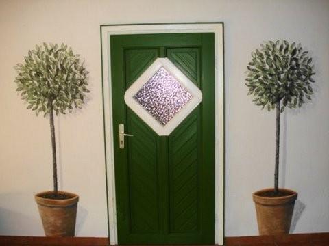 Lorbeerbäume neben einer Tür