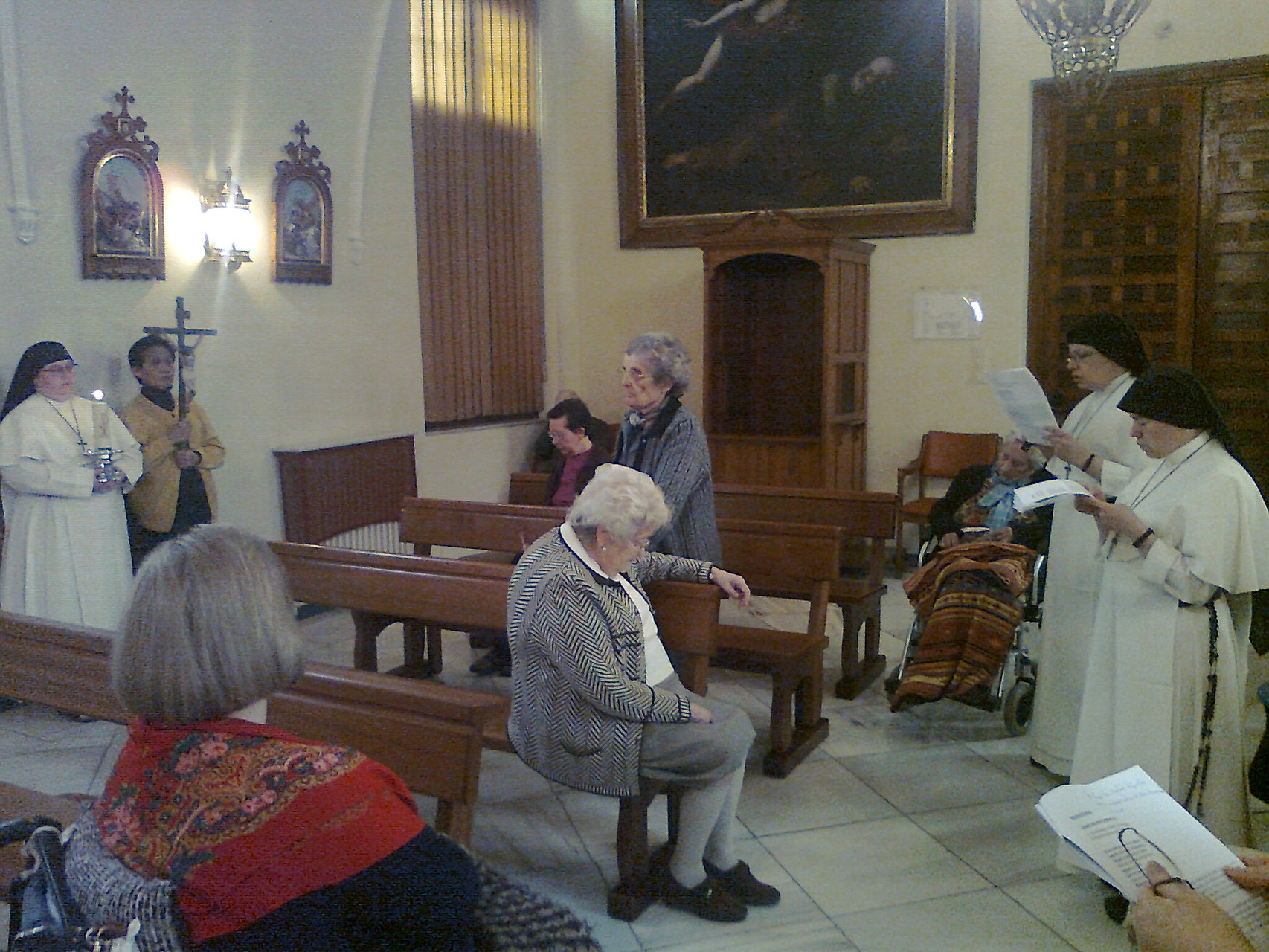 Orando en la capilla el camino del Vía Crucis