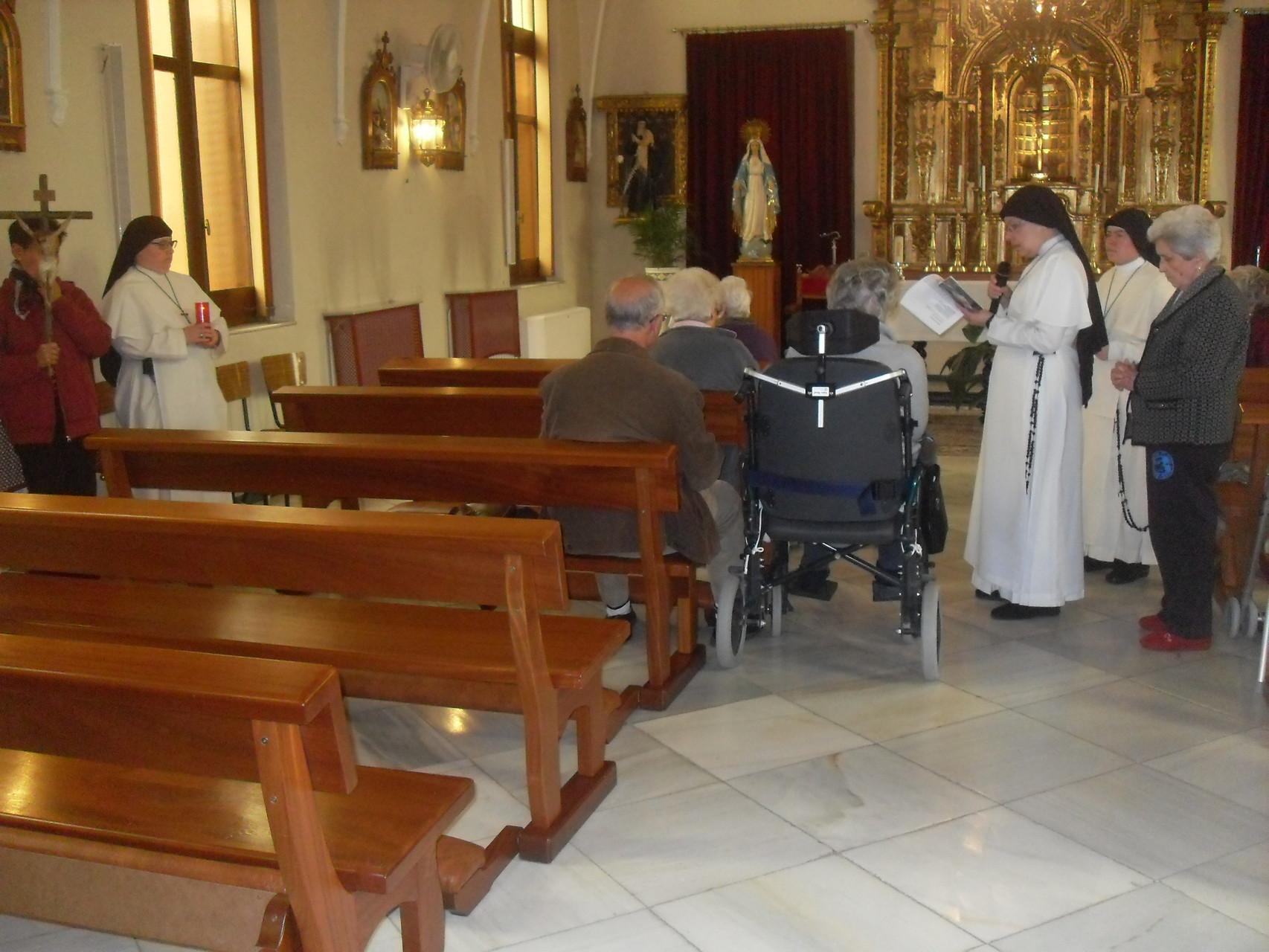 Orando el Vía Crucis
