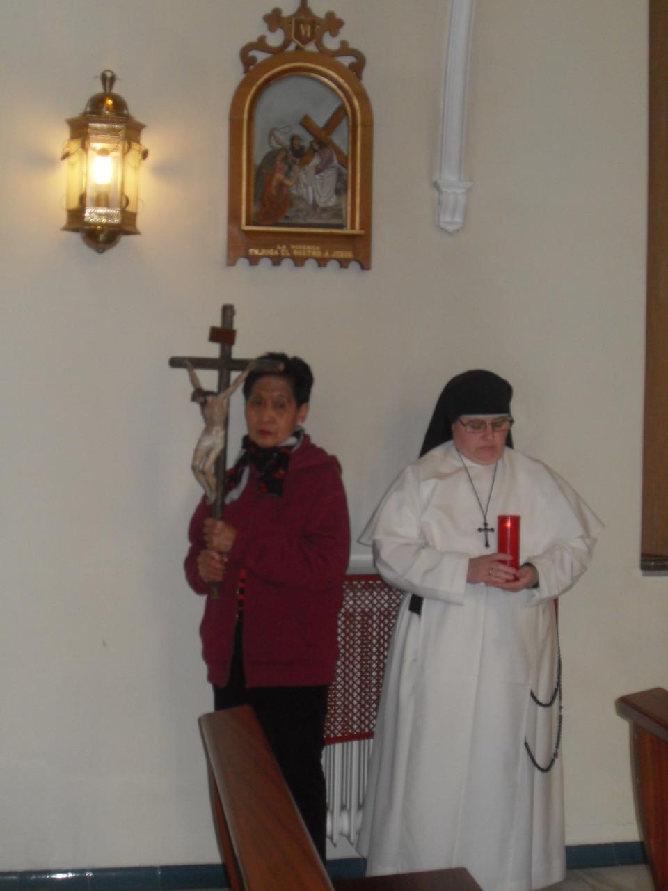 Hermana Paquita y Anunciación guiando el Vía crucis.