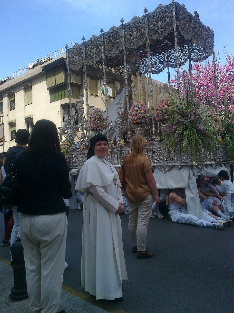 Viendo los pasos de las Hermandades por las calles de Granada.