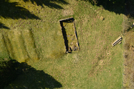 Reste der Erdhütten im Flächenprofil erkennbar(Luftbild Roman Völk /Europäische Holocaustgedenkstätte)