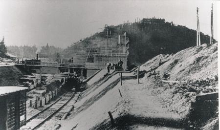 Bunkerbaustelle mit Geleisen nah Archiv Deiler
