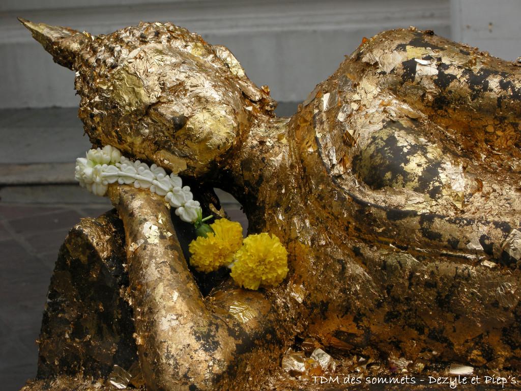 Buddha couché et doré
