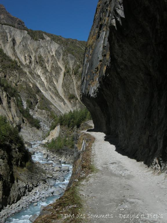 Passage creusé dans la falaise