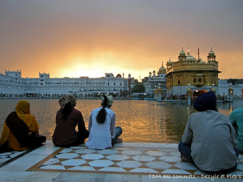Pelerins devant le temple d'or - Amritsar