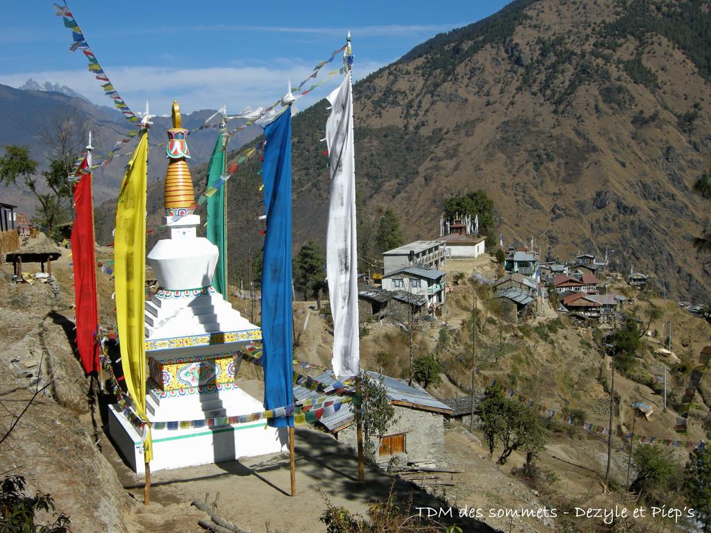 Chorten devant Thulo Syabru, au fond le Tibet