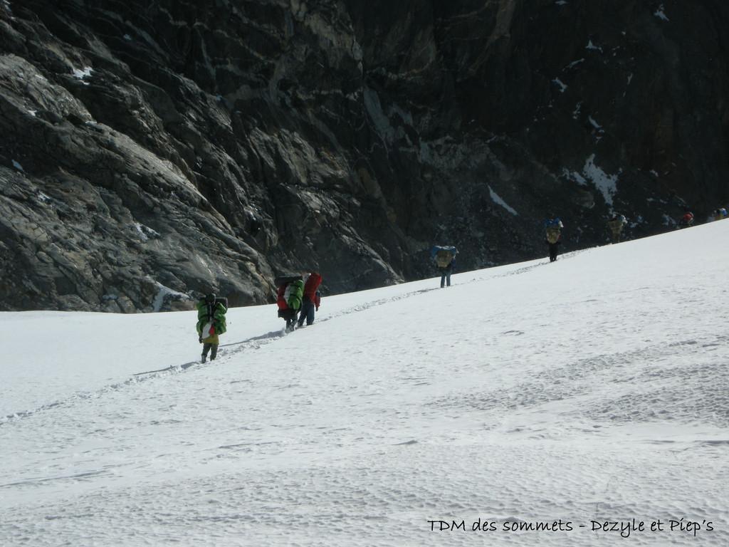 Traversée sur le glacier après le Cho la Pass