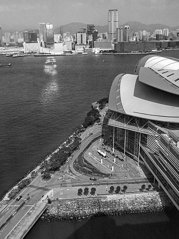 Blick über den Vorplatz des Messezentrums auf die Bucht von Hong Kong. Foto: Klaus Schoerner