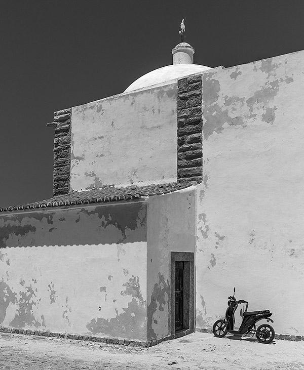 Seiteneingang der Santa Caterina im Fortaleza de Beliche von Sagres. Leica M9 mit 35er Biogon ZM. Foto: Klaus Schoerner