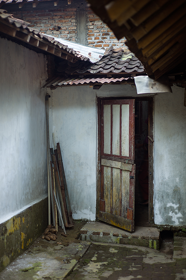 Eine zweigeteilte Tür führt vom Innenhof ins Haus. Die untere Hälfte ist meist geschlossen, damit das frei herumlaufende Federvieh nicht ins Haus gelangt. LEICA M9, Summicron 2,0/50 mm. Foto: Klaus Schoerner