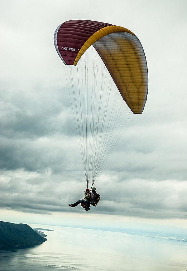 Mit dem Gleitschirm über dem Genfer See. Die Wolken kündigen einen Wetterumschwung an. Foto: Klaus Schoerner