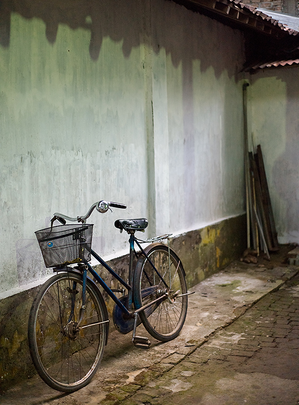 Reisefotografie: Im geschützten Innenhof lehnt ein altes Fahrrad an der Wand. LEICA M9, mit Summicron 2,0/50 mm, Foto: Klaus Schoerner