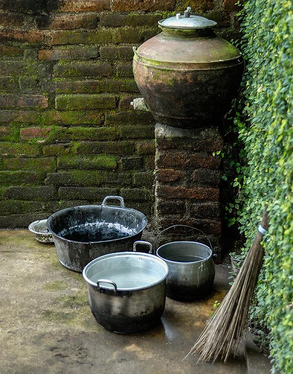 Reisefotografie: Waschplatz in einer Ecke des Bauernhofs. Ein tönerner Wasserbehälter enthält sauberes Wasser für die Waschungen vor dem Gebet. NIKON D200, AF 2,8-4,0/ 28-85 mm, Foto: Klaus Schoerner