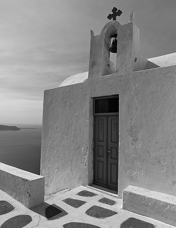 Kapelle am Skarosfelsen bei Imerovigli auf Santorini. Foto: Klaus Schoerner