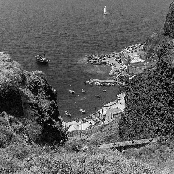 Blick aus der Felswand nach unten auf den Hafen von Ammoudi. Foto: Klaus Schoerner