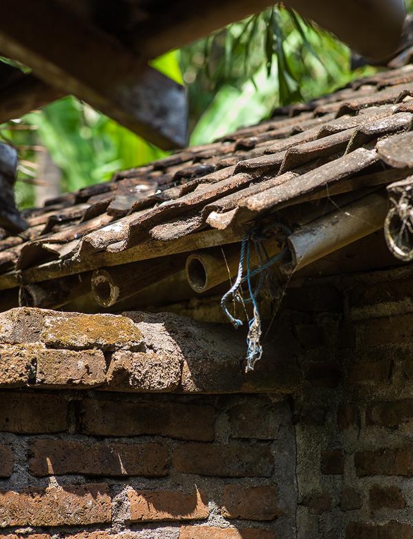 Reisefotografie: Einblick in die Dachkonstruktion eines javanischen Bauernhauses aus Bambusrohr, Holzlatten und Tonschindeln. LEICA M9, mit Elmarit 2,8/90 mm, Foto: Klaus Schoerner