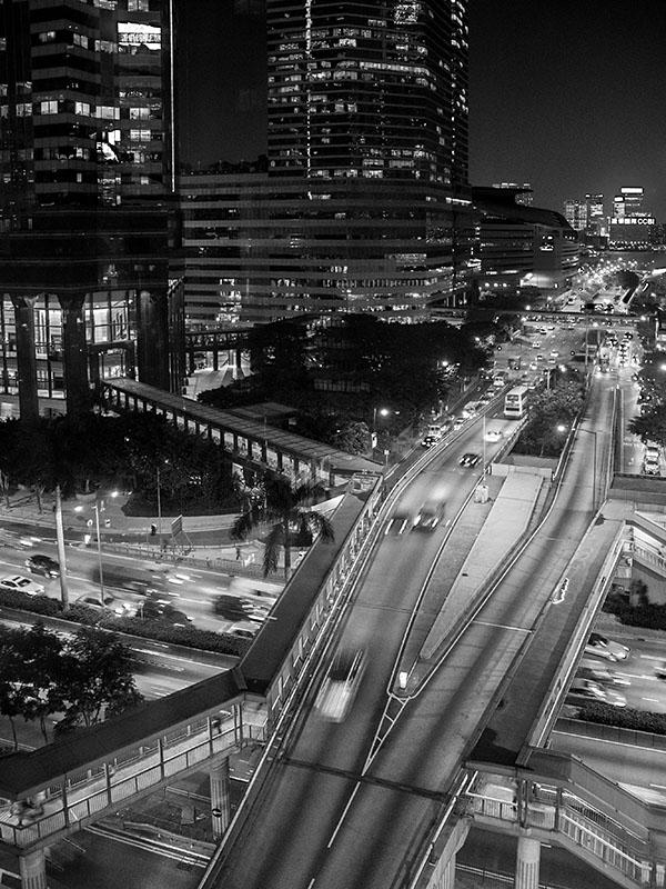 Nächtlicher Strassenverkehr im Zentrum von Hong Kong. Foto: Klaus Schoerner