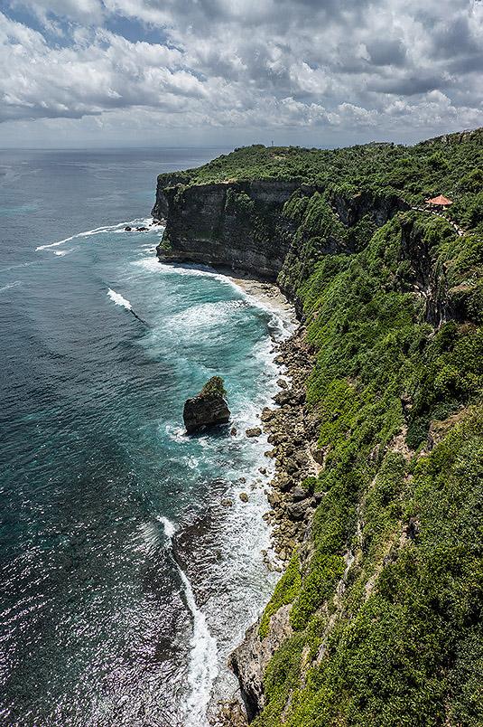 Blick auf die Küstenlinie nördlich des Pura Luhur Uluwatu. Foto: Klaus Schoerner