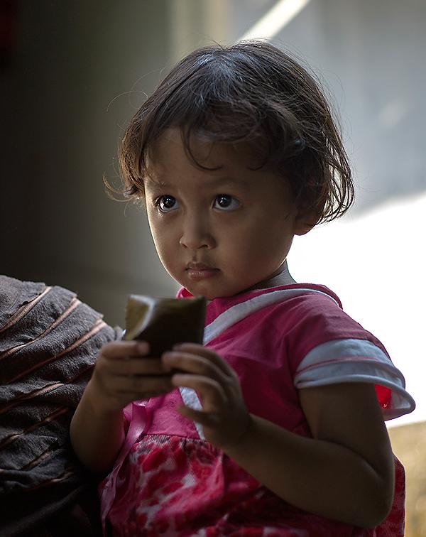 Reisefotografie: Portrait eines kleinen Mädchens, Java. LEICA M9 mit 2,0/50 mm Summicron. Foto und Copyright 2013 by Dr. Klaus Schoerner