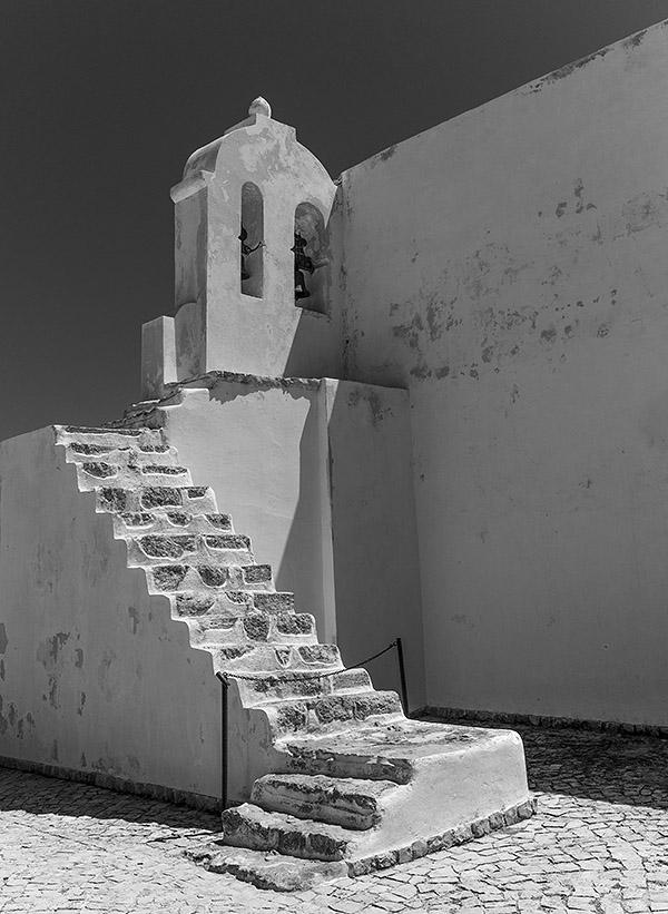 Der Treppenaufgang zum offenen Glockenturm der Kapelle Santa Caterina im Fortaleza de Beliche von Sagres. Leica M9 mit 35er Biogon ZM. Foto: Klaus Schoerner