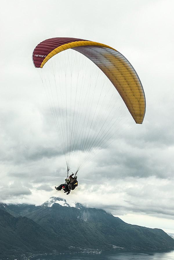 Mit dem Gleitschirm über dem Genfer See. Das Wetter wird allmählich ungemütlich: Nichts wie weg! Foto: Klaus Schoerner