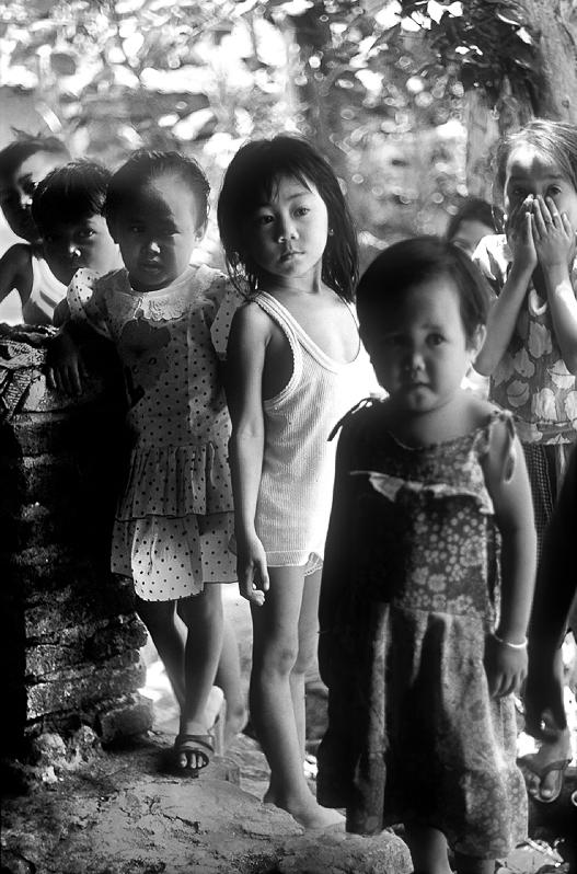 Dorfkinder beäugen den fremdländischen Besucher, Cirebon/Nord-Java, Nikon F4 mit AF 1,8/50 mm, Copyright 1993 by Klaus Schoerner