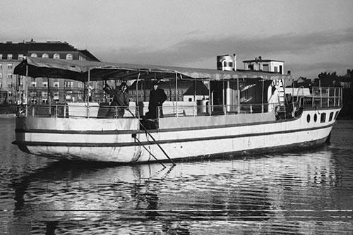 Der Schiff mit Holzgenerator DOKOGEN, Prag auf der Moldau,im Jahr 1943