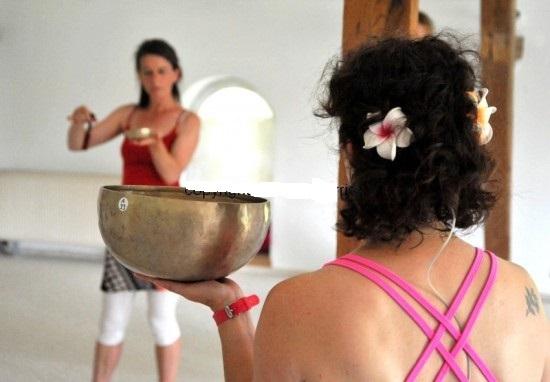 mit Klangschalen beim Energy Dance® Kurs auf dem Festival