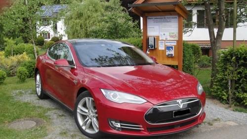 Wenige Tage nach der Eröffnung wurde ein Tesla an der E-Tankstelle geladen. (Foto: privat)