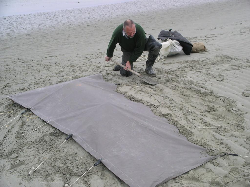 Recouvrir les bords de la toile pour parfaire le camouflage et éviter les courants d'air