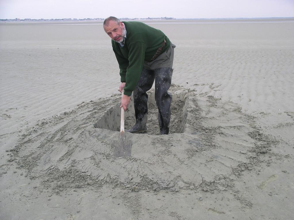 Le trou creusé ,il faut lisser les contours afin de se confondre au mieux avec dame nature