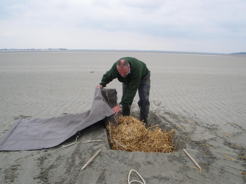 Répartir uniformément la paille pour éviter l'humidité du sable