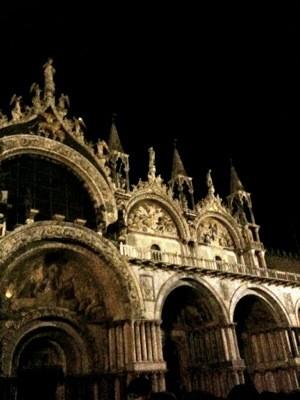 夜のサンマルコ寺院。