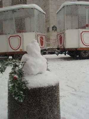 雪のモンマルトルで見つけた、小さな雪だるま