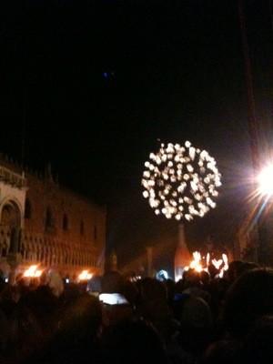 広場でカウントダウンをした後、海から花火が上がります。