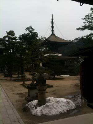 文殊さんというのは、お勉強の守り神さまです。とてーも古いお寺。