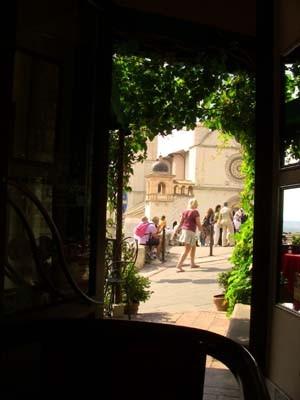 入り口から大聖堂がチラっと見えてます。
